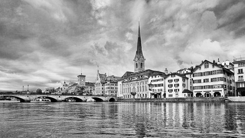 Oude architectuur in de historische binnenstad van Zürich van Tony Vingerhoets