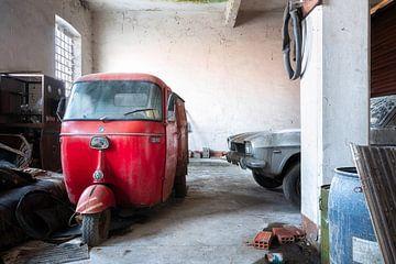 Verlaten Rode Piaggio. van Roman Robroek