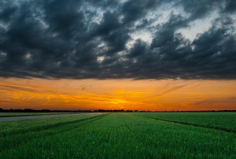 Zonsondergang over de velden van Nieuw Vennep van M DH