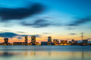 Avondfoto skyline Almere - 1 van Dennis Kuzee