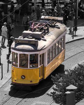 Oldtimer-Straßenbahn 28 in Lissabon von Lizanne van Spanje