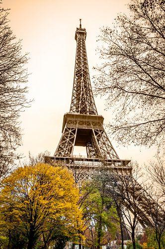 Eiffeltoren Parijs in Sepia van Mark De Rooij