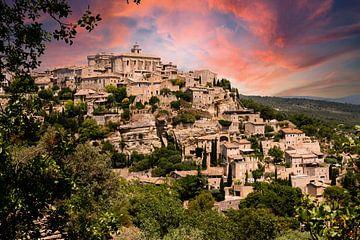 Gezicht op Gordes in de Provence in Frankrijk met avondsfeer en wolken van Dieter Walther