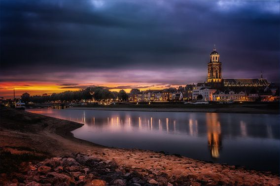 Deventer bei Nacht, Skyline mit IJssel von Jan Haitsma