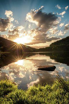 Zomerlandschap op het meer, mooie oeverfoto, in de zonsondergang van Fotos by Jan Wehnert