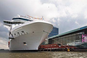 Cruiseschip in Amsterdam van Anouschka Hendriks