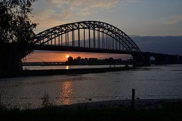 Zonsondergang onder de brug von N.E. images
