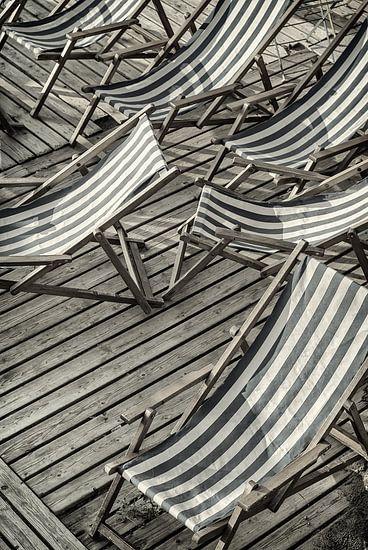 De verlaten strandstoelen