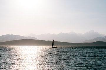 Segelboot bei Sonnenuntergang in Tromsø, Norwegen {Skandinavien} von Manon Galama