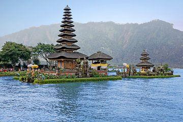 Pura Ulun Danu Bratan hindoe tempel in het Bratan meer  in Bali, Indonesie van Nisangha Masselink