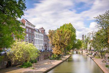 Kijken over de Oudegracht in Utrecht met de Domtoren op de achtergrond van Michel Geluk