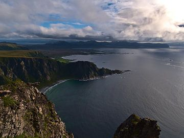 Panoramisch uitzicht over de ruige kustlijn van het eiland Andøya, Noorwegen van Timon Schneider