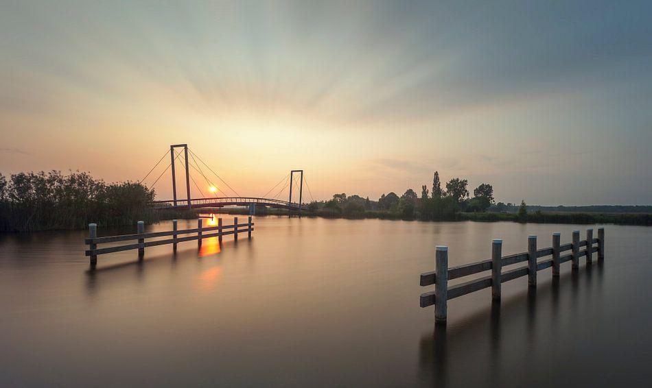 Fietsbrug de Waterjuffer tijdens zonsondergang