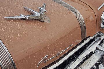 Vintage Amerikaans Pontiac hood ornament in de regen. van Xander Verweij