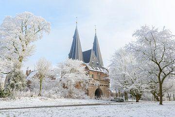 Cellebroederspoort in Kampen in Overijssel, die Niederlande während eines schönen Wintertages von Sjoerd van der Wal
