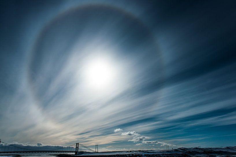 Halo boven de brug over de Jökulsá á breiðamerkursanður van Gerry van Roosmalen