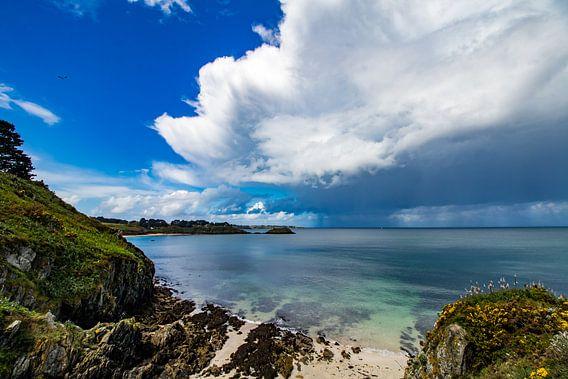 Stortbuien trekken over zee bij de Gros Rocher, Belle Ile en Mer