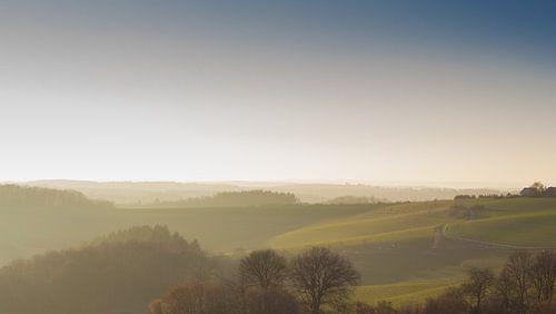 heuvels verhuld in mist van