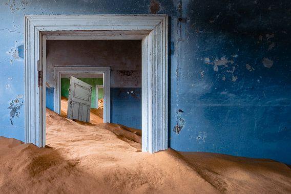 Huis met losse deur in metershoog zand - Kolmanskop, Namibië