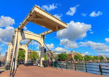 Magere brug Amsterdam in de zomer sur Dennis van de Water