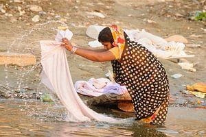 Aan de was in het heilige water van de Ganges van