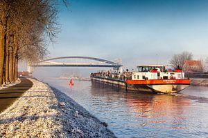 Binnenvaartschip passeert openstaande brug bij Dorkwerd
