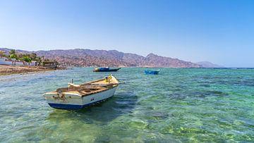 Water en bergen in Dahab (Egypte) van Jessica Lokker