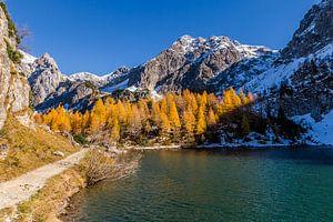 Herfstkleuren bij een bergmeer