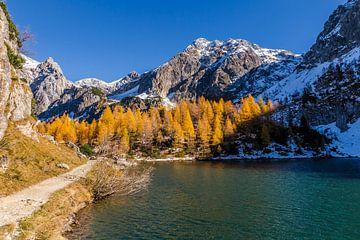 Herfstkleuren bij een bergmeer van Coen Weesjes