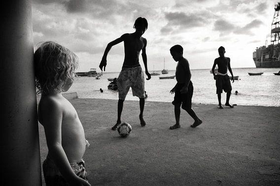 Soccer at the beach van Hans Van Leeuwen
