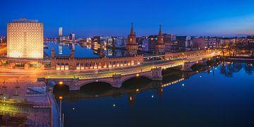 Berlin Oberbaumbrücke zur blauen Stunde als Panorama von Jean Claude Castor
