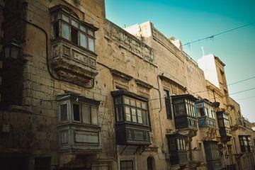 Die typischen hängenden Erkerfenster auf Malta von Winfred van den Bor