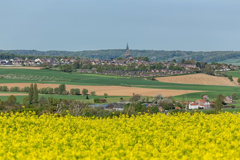 Uitzicht op kerkdorp Vijlen in Zuid-Limburg van John Kreukniet