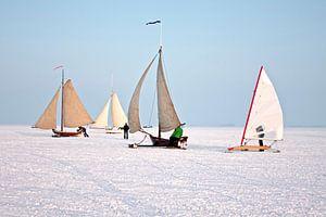 IJszeilen op de Gouwzee op een mooie winterdag in Nederland