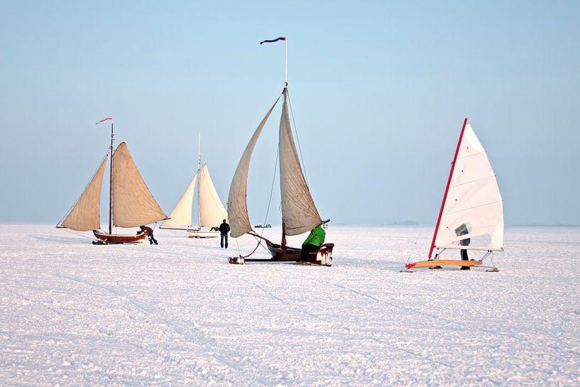 IJszeilen op de Gouwzee op een mooie winterdag in Nederland van Nisangha Masselink