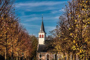 Der erkennbare weiße hölzerne Kirchturm von Oudemirdum im Herbst. von Harrie Muis