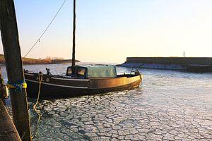 Een vissersschip in de haven