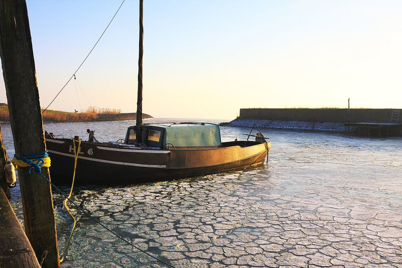 Een vissersschip in de haven van Jan Brons
