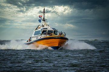 Pilot boot met stormachtig weer van Dennis Schaefer