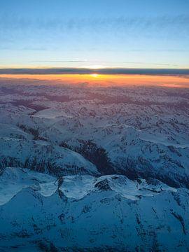 Zonsopgang over besneeuwde pieken van Denis Feiner
