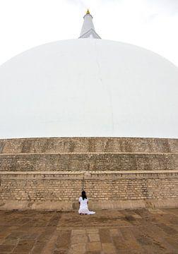 Betende Frau an einem Stupa von Lucas De Jong
