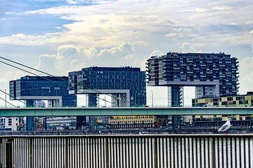 Maisons grue dans le port de Cologne sur Tom Voelz