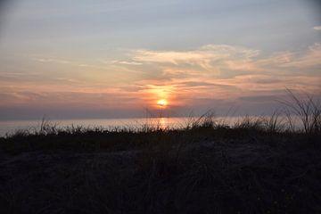 Blick über die Dünen bei Sonnenuntergang. von Jurjen Jan Snikkenburg