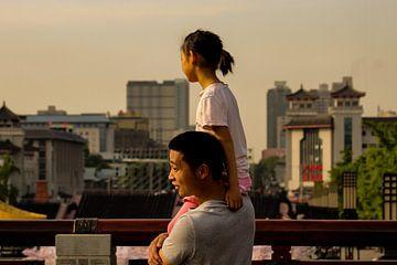 Vader en dochter in China van Cecile van Essen