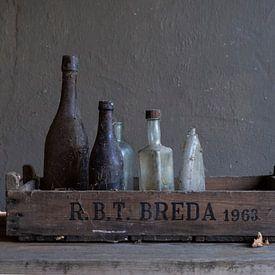 Modernes Stillleben mit alten Glasflaschen [quadratisch]. von Affect Fotografie
