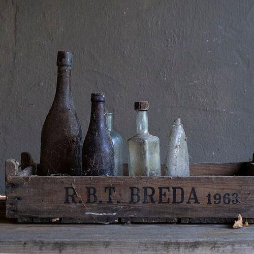 Modern stilleven met oud glazen flessen [vierkant]