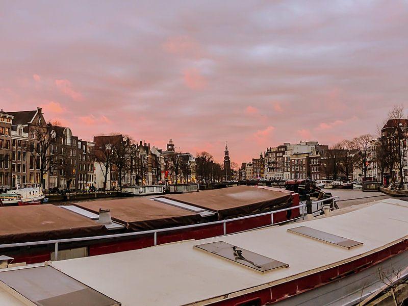 Schepen op de Amstel met roze wolken van Anneriek de Jong