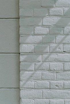 Witte muur, licht en schaduwspel | minimalistisch en simpel | mindful fotografie van Lisanne Koopmans