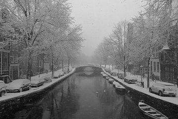 Sneeuw in Amsterdamse grachten. van Frank de Ridder