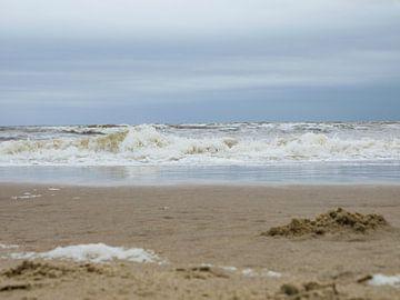 Golven op het strand in Zandvoort van Moniek van Rijbroek
